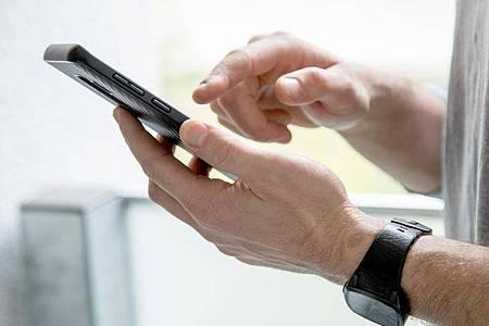 Wer nicht von Google getrackt werden will, kann den sogenannten Standortverlauf für sein Smartphone im Google-Konto deaktivieren. Foto: Christin Klose/dpa-tmn