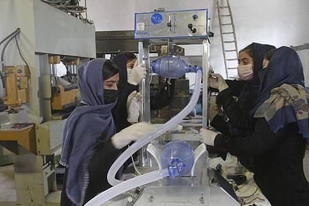 Eine Gruppe junger Frauen arbeitet an zwei Arten preiswerter Beatmungsgeräte, die sie unter Verwendung von Toyota-Autoersatzteilen entwickelt haben. Foto: Hamed Sarfarazi/AP/dpa