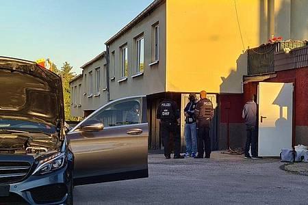 Polizeibeamte stehen auf einem Anwesen. Bei einer Razzia gegen Clankriminalität sind in Nordrhein-Westfalen am frühen Morgen mehrere Wohnungen und Firmen durchsucht worden. Foto: Gianni Gattus/dpa