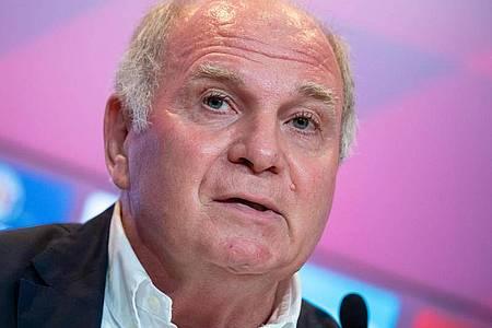 Kritisiert den BVB: Bayern-Ehrenpräsident Uli Hoeneß. Foto: Sven Hoppe/dpa