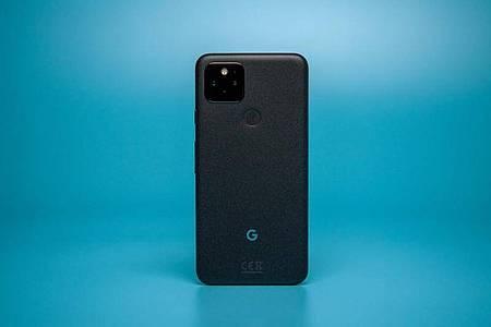 Beim Pixel 5 hat Google auf viele Features verzichtet, die beim Vorgänger Pixel 4 noch mit an Bord waren. Foto: Zacharie Scheurer/dpa-tmn