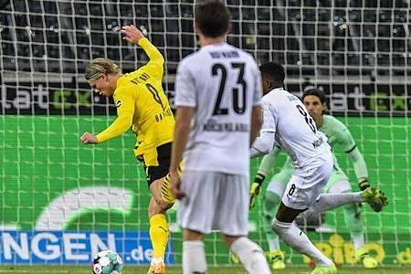 Dortmunds Erling Haaland (l) erzielt das Tor zum 1:1. Foto: Martin Meissner/Pool AP/dpa