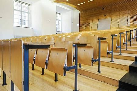 Der Weg in den Hochschul-Hörsaal steht auch Bewerberinnen und Bewerbern ohne Abitur oder Fachabitur offen. Foto: Uwe Anspach/dpa/dpa-tmn