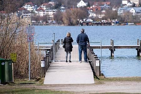Ausflügler genießen am Starnberger See die milden Temperaturen. Foto: Sven Hoppe/dpa