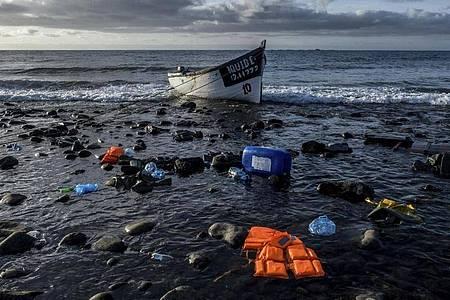 Die Zahl der Menschen, die die lebensgefährliche Überfahrt von Afrika über den Atlantik wagen, ist im vergangenen Jahr stark gestiegen. Foto: Javier Bauluz/AP/dpa/Symbolbild