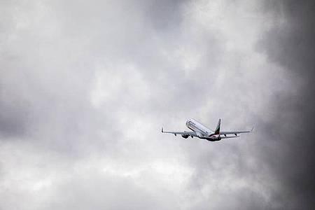 Eine Maschine mit abgeschobenen Menschen an Bord startert in einen grauen Himmel. Foto: Philipp von Ditfurth/dpa