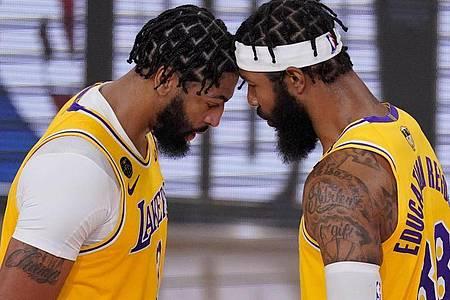Anthony Davis (l) und Markieff Morris von den Los Angeles Lakers stecken die Köpfe zusammen. Foto: Mark J. Terrill/AP/dpa