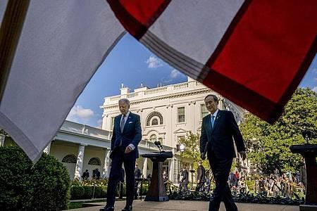 Joe Biden, Präsident der USA, und Japans Ministerpräsident Yoshihide Suga verlassen eine Pressekonferenz imRosengarten des Weißen Hauses. Foto: Andrew Harnik/AP/dpa