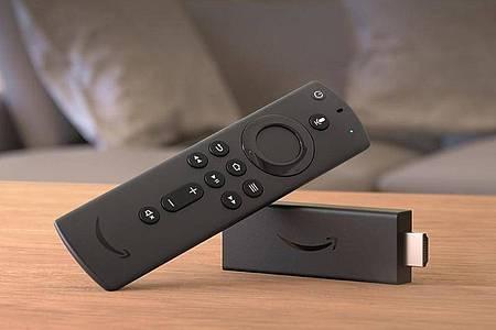 Der Fire TV Stick (40 Euro) kommt mitUnterstützung für HDR und Dolby Atmos. Seine Fernbedienung kann auch andere Geräte steuern. Foto: Amazon/dpa-tmn