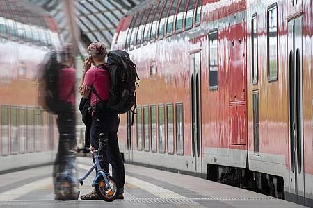 Mit einem Jahr Verspätung haben die Mobilfunk-Netzbetreiber in Deutschland nach eigenenAngaben die staatliche Auflage erfüllt, die ICE-Strecken und Autobahnen mit schnellem Internet zu versorgen. Foto: Paul Zinken/dpa-Zentralbild/dpa