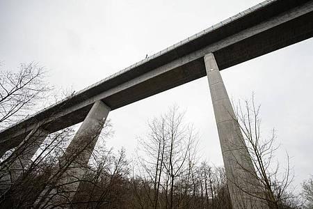 Die Teißtal-Brücke mit der ICE-Strecke überspannt das Tal. Foto: Andreas Arnold/dpa