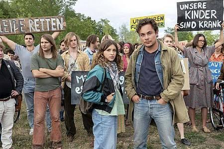 Franka (l, Janina Fautz) und Stefan (Ferdinand Lehmann) in einer Szene aus «Die unheimliche Leichtigkeit der Revolution». Foto: Steffen Junghans/MDR/UFA Fiction/dpa