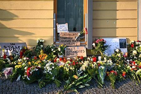 Blumen, Kerzen und Plakate liegen vor dem Eingang zur Einrichtung des diakonischen Anbieters Oberlinhaus. Foto: Soeren Stache/dpa-Zentralbild/dpa