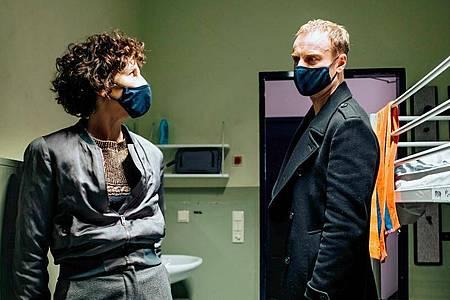 Rubin (Meret Becker) und Karow (Mark Waschke) in einer Notunterkunft für Menschen, die zwangsgeräumt wurden. Foto: Gordon Muehle/rbb/ARD/dpa