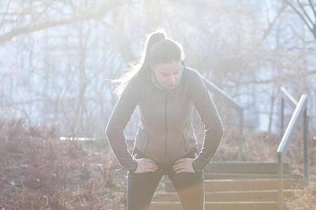 Aus der Puste? Einsteiger sollten nur alle zwei Tage trainieren und zwar so, dass sie sich subjektiv unterfordert fühlen. Foto: Christin Klose/dpa-tmn