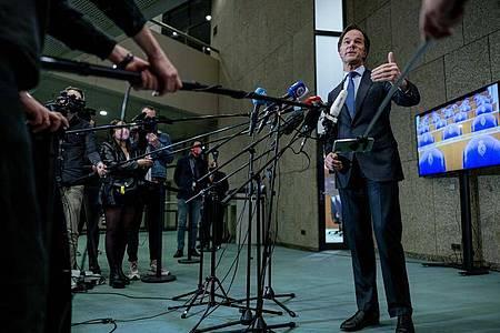 Mark Rutte, Minsterpräsident der Niederlande, spricht nach der Parlamentswahl mit Journalisten. Foto: Bart Maat/ANP/dpa