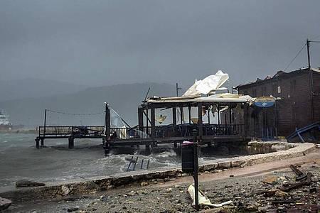 Wellen brechen im Hafen von Argostoli in einer Taverne ein. Foto: Nikiforos Stamenis/AP/dpa
