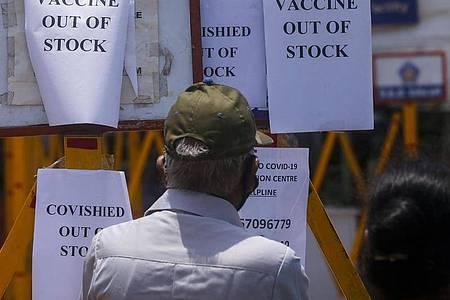 Am Tor eines Impfzentrums in Mumbai angebrachte Schilder weisen auf den Mangel an Impfstoff hin. Foto: Rafiq Maqbool/AP/dpa