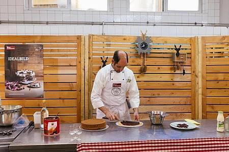"""Alfred """"Freddy"""" Boch, Besitzer des Hotel Engel, macht im Vorfeld eines Livestreams zum Schwarzwälder Kirschtortenfestival eine Schwarzwälder Kirschtorte. Foto: Philipp von Ditfurth/dpa"""