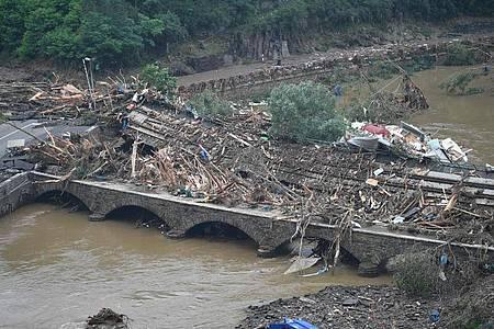 Eine Brücke nach Altenahr ist durch Schutt und eine Eisenbahnbrücke versperrt. Foto: Lino Mirgeler/dpa