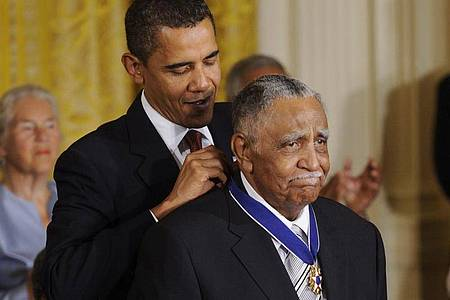 Der Bürgerrechtler Joseph E. Lowery erhält von dem damaligen US-Präsidenten Barack Obama im August 2009 die höchste zivile Auszeichnung der USA, die Presidential Medal of Freedom. Foto: epa Thew/epa/dpa