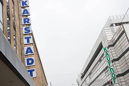 Filialen der Kaufhäuser von Karstadt und Kaufhof stehen einander in Düsseldorf gegenüber. Foto: Christophe Gateau/dpa