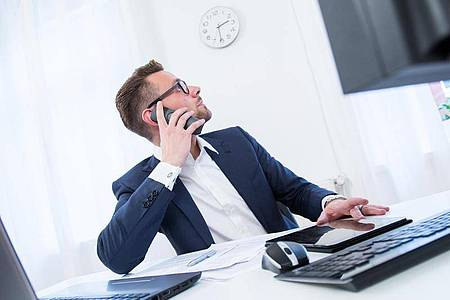 In Unternehmen ohne Betriebsrat kann der Arbeitgeber die Arbeitszeiten verschieben, sofern nichts anderes im Vertrag steht. Foto: Christin Klose/dpa-tmn/obs
