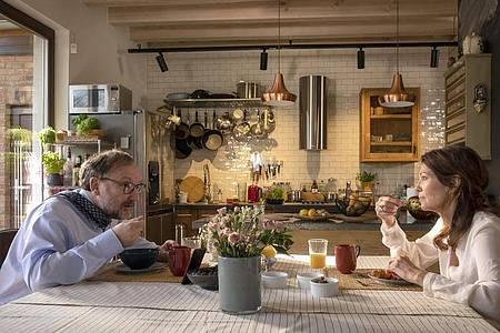Zum 70. Geburtstag zeigt das Erste den Film «Mein Altweibersommer» mit Iris Berben und Rainer Bock als Ehepaar. Foto: Conny Klein/ARD Degeto/dpa