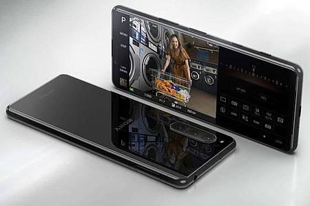 Display und Kamera sind die Spezialitäten des neuen Sony Xperia 5 II. Foto: Sony/dpa-tmn