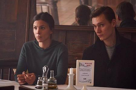 Kommissarin Nora Dalay (Aylin Tezel) und Kommissar Jan Pawlak (Rick Okon) ermitteln undercover im Restaurant der Familie Modica. Foto: Frank Dicks/WDR/dpa