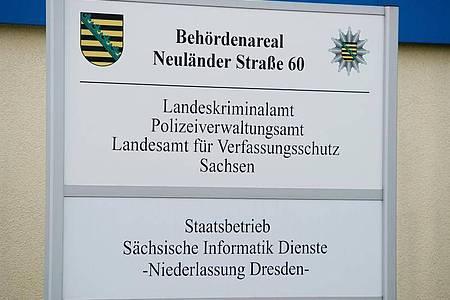 Ein Schild am Haupteingang des Landeskriminalamts Sachsen (LKA). Foto: Sebastian Kahnert/dpa-Zentralbild/ZB