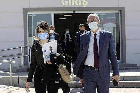 Anwälte verlassen das Gerichtsgebäude in Ankara. In dem Mammutverfahren mit knapp 250 Verhandlungstagen waren insgesamt 497 Menschen angeklagt. Foto: Burhan Ozbilici/AP/dpa