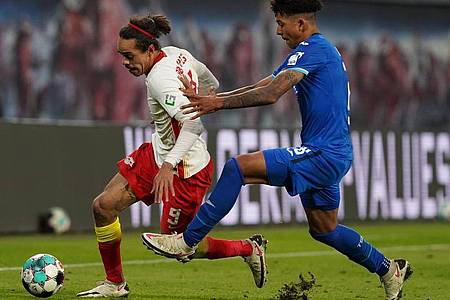 Leipzigs Yussuf Poulsen kann sich gegen Hoffenheims Chris Richards (r) im Ballbesitz behaupten. Foto: Michael Sohn/AP-Pool/dpa