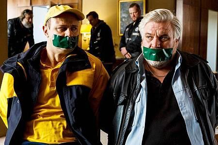 Vorne die Guten, hinten die Gangster: Dorfsheriff Koops (Aljoscha Stadelmann, r) und Postbote Heiner (Moritz Führmann) in der Klemme. Foto: Kai Schulz/ARD Degeto/dpa