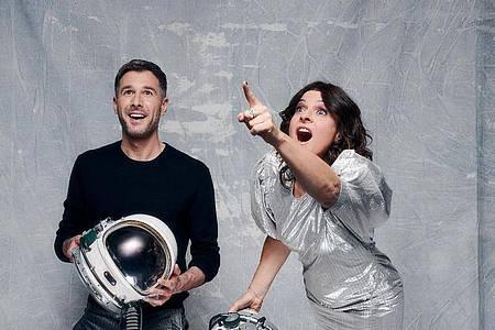 Jochen Schropp (l) und Marlene Lufen moderieren «Promi Big Brother». Foto: Christoph Köstlin/Sat.1/dpa