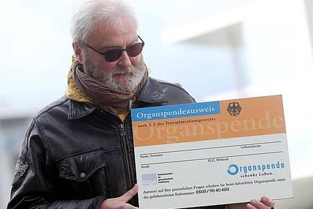 Der Berliner Notarzt Wolfgang Wachs lebt mit einer transplantierten Lunge. Foto: Wolfgang Kumm/dpa