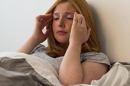 Regelmäßige Kopfschmerzen können bei Jugendlichen zu einem Teufelskreis aus Leistungsabfall, Schulangst und Isolation führen. Foto: Christin Klose/dpa-tmn