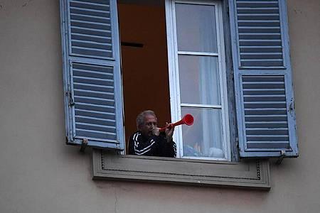 Mit Musik gegen die Einsamkeit: «Flashmob sonoro» (klingender Flashmob) in Rom. Foto: Elisa Lingria/XinHua/dpa