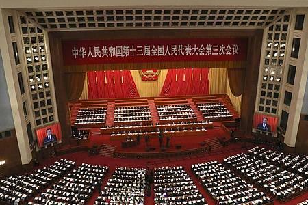 Die Plenarsitzung des chinesischen Volkskongresses findet in der Großen Halle des Volkes statt. Foto: Ng Han Guan/Pool AP/dpa