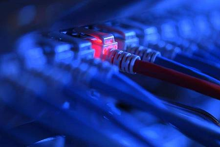 Viele Unternehmen und Organisationen lagern Computer-Rechenleistungen, Datenspeicher und Datenbanken sowie Anwendungen zur Analyse von Daten über das Internet in die «Cloud» aus. Foto: Felix Kästle/dpa