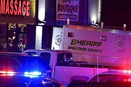 Polizeiwagen stehen nach den tödlichen Schüssen vor einem Massagesalon in Georgia. Foto: Mike Stewart/AP/dpa