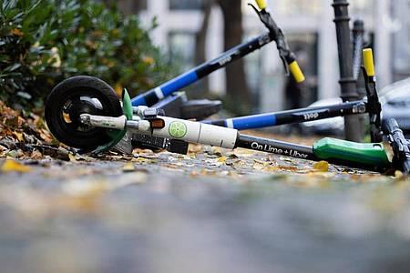 Ein häufiger Anblick in deutschen Städten:E-Scooter liegen auf einem Gehweg in Wiesbaden. Foto: Rolf Vennenbernd/dpa