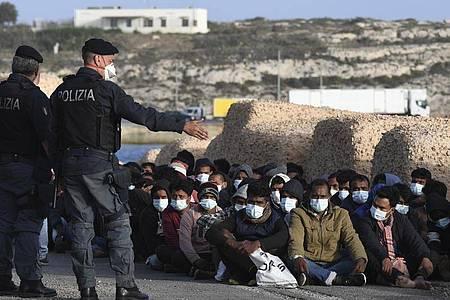 Auf der Mittelmeerinsel Lampedusa sind innerhalb kurzer Zeit mehr als 2000 Migranten angekommen. Foto: Salvatore Cavalli/AP/dpa