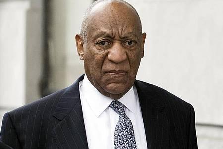 """Bill Cosby, Schauspieler und Entertainer aus den USA, kommt zum Gerichtssaal. Der wegen sexueller Nötigung verurteilte US-Schauspieler und Entertainer Bill Cosby kommt nicht auf Bewährung frei.(zu dpa: """"Niederlage für Bill Cosby - Entlassung auf Bewährung abgelehnt""""). Foto: Chris Szagola/AP/dpa"""