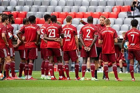 Team-Präsentation und Training des FC Bayern in der Allianz Arena mit Trainer Julian Nagelsmann (3.v.r.). Foto: Matthias Balk/dpa