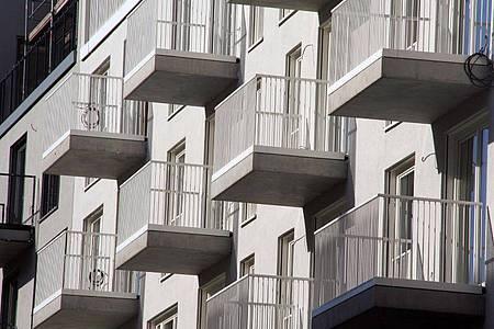Trotz der immensen wirtschaftlichen Folgen der Pandemie sind die Mieten sowie Preise für Wohnungen und Häuser im ersten Halbjahr weiter gestiegen. Foto: Lothar Ferstl/dpa