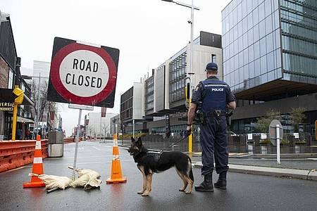 Die Polizei sperrt vor dem Obersten Gerichtshof in Christchurch eine Straße ab. Foto: Martin Hunter/AAP/dpa