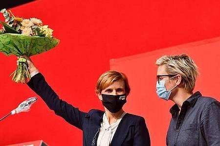 Linken-Chefin Katja Kipping auf dem Landesparteitag der Linken in Thüringen neben der Landesvorsitzenden der Linken in Thüringen, Susanne Hennnig-Wellsow. Foto: Frank May/dpa