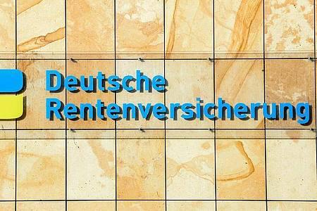 Der Schriftzug Deutsche Rentenversicherung an einem Gebäude in Berlin. Foto: Jens Kalaene/dpa-Zentralbild/dpa