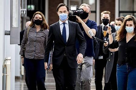 Nach Ansicht einer großen Mehrheit von Abgeordneten ist die Glaubwürdigkeit vom niederländischen Ministerpräsidenten Mark Rutte beschädigt. Foto: Remko De Waal/ANP/dpa
